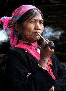 Mujer Wa fumando la pipa reservada sólo a las mujeres