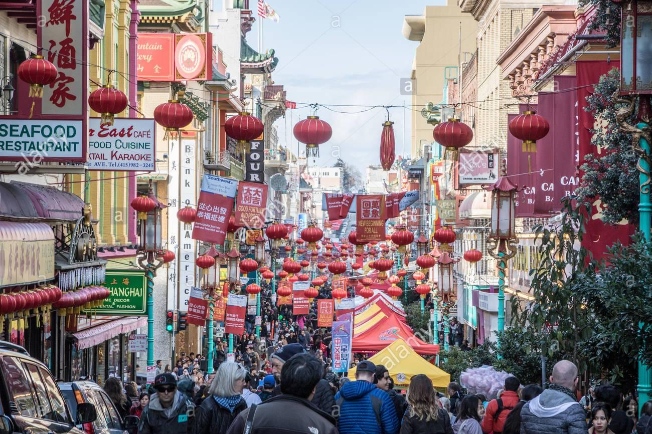san-francisco-california-24-de-febrero-de-2018-miles-de-turistas-se-reunen-en-grant-avenue-de-san-francisco-festival-de-ano-nuevo-chino-y-par-m5rex2
